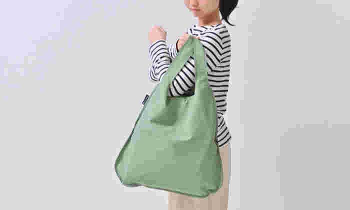 一見するとシンプルなショッパー型のエコバッグ。でも、このバッグの使い方はひとつじゃないんです。