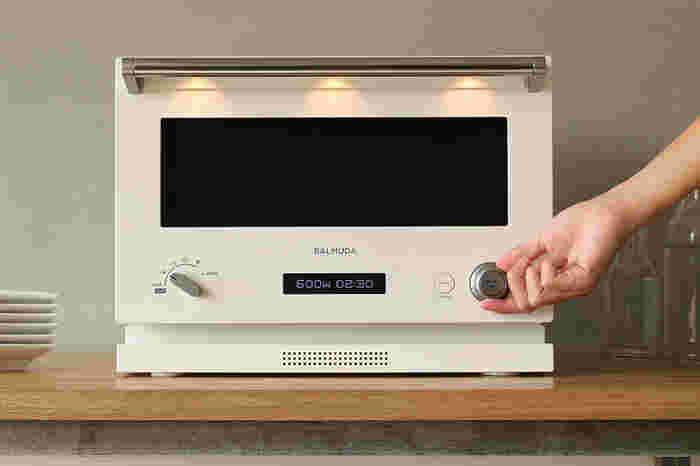 直観的に使えるシンプルなデザイン&操作性。それなのに鳥の丸焼きもできてしまうほど高機能で、キッチンにもしっくり溶け込む美しいオーブンレンジ。完成すると「チン」ではなく、ギターの優しい音色が鳴ります♪音楽好きにはたまらない家電です。