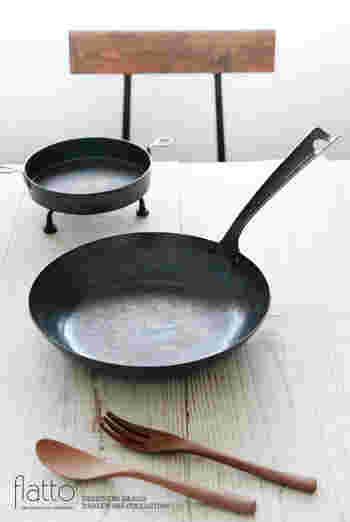 一枚の鉄の板を叩いてはなましていくという作業を繰り返しながら、1つずつ丁寧に作られた鉄のフライパン。シンプルなフォルムと手仕事の跡が美しいフライパンです。