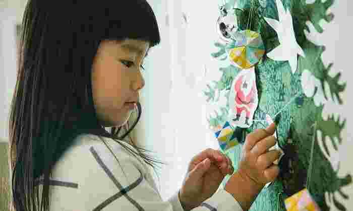 クリスマスオーナメントは、小さくて手作りするにはピッタリ!ツリーや壁に飾ったり、長い紐に連ねてガーランドにして宙に浮かせながら飾っても素敵です。  作り方ですが、難しく考える必要はなく、お絵描きやフェルトをカット。それを飾れるように、紐を付けたり、ピンを付けたりするだけでOKです。このようなタペストリーや、ツリーの飾りとして、活躍してくれますよ*  フェルトを星型や靴下型にカットしてみるのも素敵ですね。