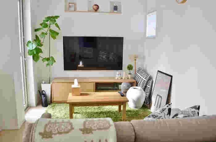 こちらのブロガーさんのリビングは、ラグやウッド調の家具と観葉植物がマッチしたナチュラルな空間。テレビなどの電化製品の雰囲気をマイルドにしたいときにも観葉植物はおすすめです♪