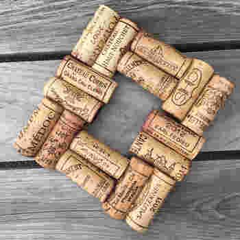 こちらは高級ワインのコルクを使った鍋敷きです。長期熟成する高級ワインは、長くて質のいいコルクを使っているので耐久性も◎。