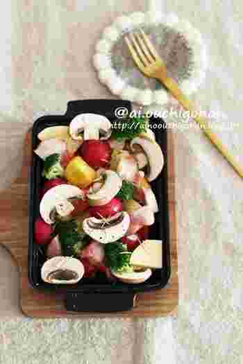 冷蔵庫の中にある材料で作れる、野菜を切ってオーブンで焼くだけのぎゅうぎゅう焼き。オリーブオイルの豊かな風味がワインやシャンパンにぴったり♪