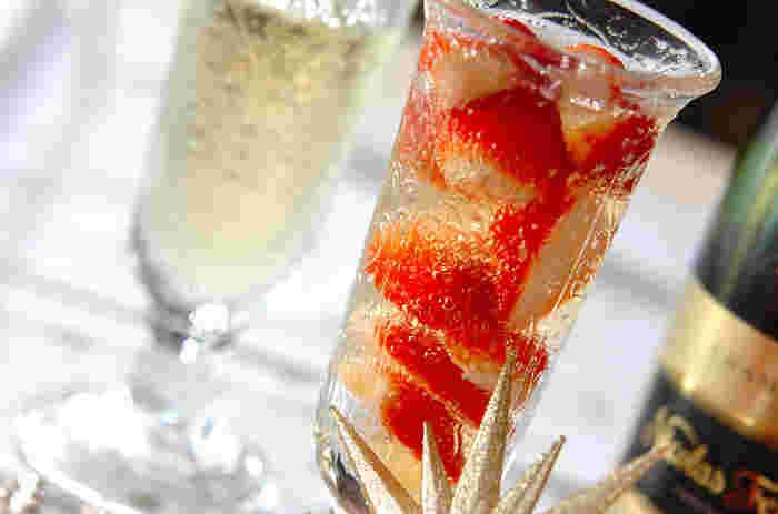 パーティー気分を盛り上げるシャンパンも、フルーツをいれるだけで一気に華やかに!真っ赤な苺は見た目もかわいい。テーブルを盛り上げてくれます。レモン汁とはちみつの隠し味が、さわやかな一杯に仕上げてくれます◎
