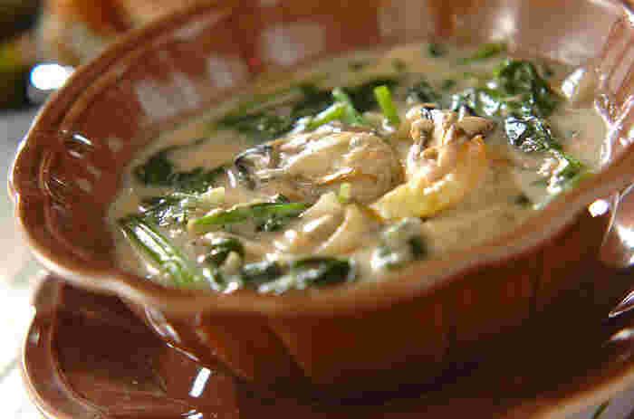 秋冬は魚介類も美味しい季節ですね。一緒に煮込むことで旨味がたっぷりクリームに溶け込みますよ♡こちらは牡蠣をいったんソテーして取り出し、ほうれん草のクリーム煮と最後に5分ほど合わせて煮込んで作ります。