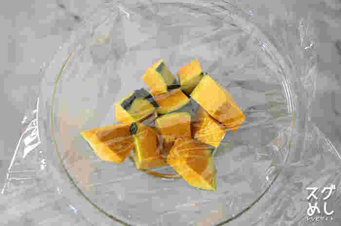 かぼちゃを切る時には、ラップをして電子レンジで2分ほど加熱。硬いまま包丁の刃先だけで力任せに切ろうとするのは危ないですね。少し柔らかくして刃全体を使って切り分けましょう。