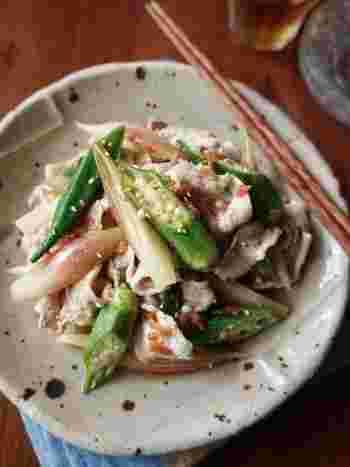 豚肉、オクラ、茗荷、梅をたっぷりと使った夏バテにぴったりのレシピ。サラダといっても、豚肉を使っているのでしっかりメインになってくれます。オクラと茗荷はさっと茹でて、シャキシャキの食感を楽しんで。梅のたれでさっぱりといただけるので、もりもり食べれちゃいますよ。