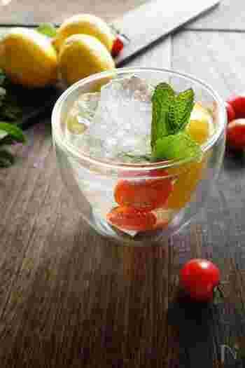プチトマトの赤、レモンの黄色、ミントの緑の色合いがとてもキレイでスイーツのようなソーダ。ミントとレモンは合うけどトマトはどうかなと言う方、一度試してみてはいかがでしょうか。かなり相性が良く、ヘルシーで彩りが良いフレッシュドリンクに、夏の間、はまってしまうかも。