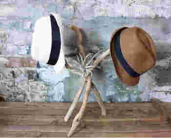 同じくらいの長さの流木3本を麻紐で巻きつけただけのお手軽DIY!とっても簡単なのに、こんなにお洒落なハットハンガーの完成です。 帽子以外にもシュシュやヘアバンドなど、ヘアアクセサリー掛けとしても活躍してくれそうです。 重さのあるものを掛ける場合には、ボンドやグルーガンでしっかり接着しましょう!