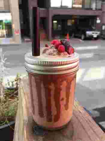 本店を訪れたら、カフェスペースでチョコレートドリンクを堪能するのもおススメ。オリジナルの「チョコプレッソ」などのほか、夏にはチョコシェイクが人気!