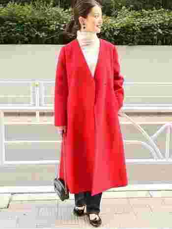 存在感のある赤アウターはシンプルな着こなしに合わせるのがおすすめ。モノトーンコーデに赤のコートを羽織れば、たちまち雰囲気のある装いに。