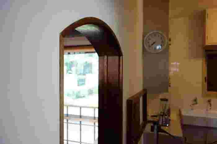 木で縁取りをしたドーム型のドア枠。細かな意匠にも注目したくなります。