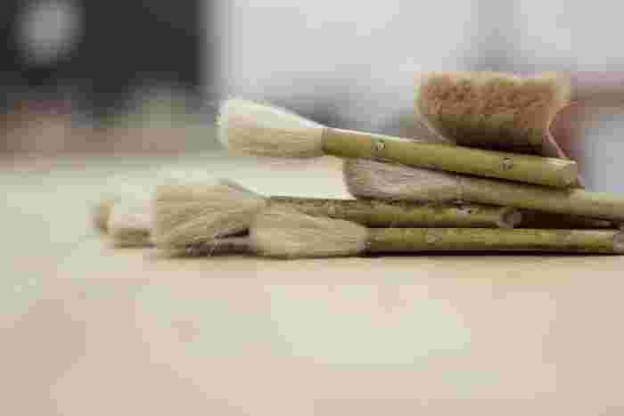 基本的に用意する道具は、塗料を塗るための刷毛だけ! ローラーや布でもかまいません。
