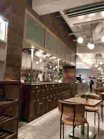 ラストに、桜ヶ丘エリアのおすすめカフェをご紹介*  中目黒にあるビーン トゥ バー専門店の、「green bean to bar CHOCOLATE(グリーンビーントゥバーチョコレート)」がプロデュースして誕生したのが、こちらの「WHITE GLASS COFFEE(ホワイト グラス コーヒー)」。  ご覧のとおり、スタイリッシュでおしゃれな店内。朝8時から営業しているので、目覚めの一杯をいただく場所としてもオススメ。