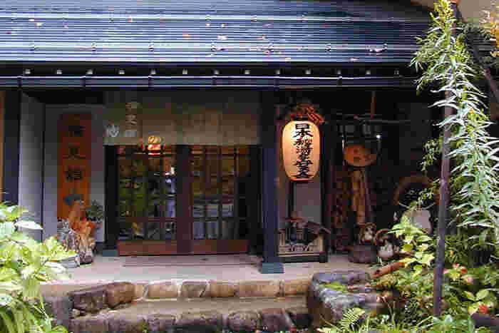 新穂高温泉の老舗旅館「槍見の湯 槍見館」をご紹介。昭和元年創業で、日本秘湯を守る会の会員旅館です。  温泉好きの方はもちろん、もともとは山宿であったこともあって、登山者にもファンが多いですよ。