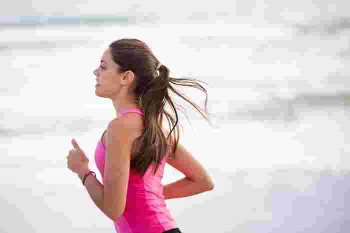 ウォーキングに慣れてくると、もう少し負荷のかかる運動を始めたくなる人も多いはず。まさにそのタイミングが「ランニング」の始め時です。適度なランニングは全身の血流が良くなるので、疲労回復にも良いのだそう。まずは気持ちいいと感じる距離から始めてみましょう。