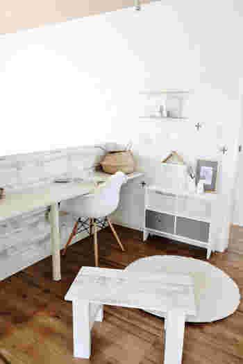 椅子やラックを白で揃えて、壁にもまっしろ雑貨を飾っているお部屋です。白の壁にさりげなく浮かんだインテリアが、アンティーク調の壁やテーブルの白と程よくマッチしています。