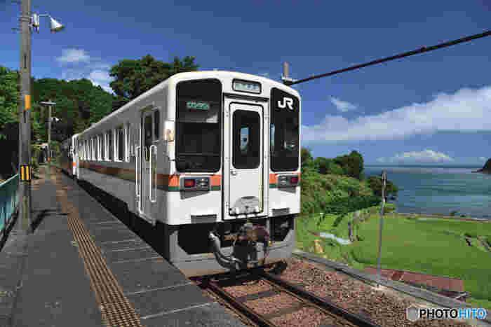 紀伊半島最南端の海岸線沿いを走る紀勢本線沿線の波田須駅は1961年に開業された無人駅です。小さな駅構内からは眼下に広がる熊野灘を見渡すことができます。
