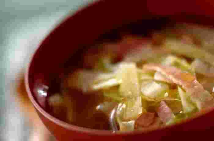 ベーコン、キャベツ、大根、顆粒ブイヨンなど調味料で作る野菜スープ。ベーコンや野菜をカットしたら、耐熱ボウルに入れて、顆粒ブイヨンを入れレンジに。このとき、野菜を煮る時間を時短するために半量の水で加熱すること。そんなちょっとした工夫で簡単レシピがさらに時短できるので忙しい朝などに◎。