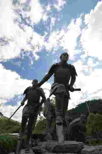 「維新の門」には、坂本龍馬や沢村惣之丞などの、梼原にゆかりのある8人の幕末の志士の銅像が立っています。今にも駆けだしそうな躍動感が感じられます。