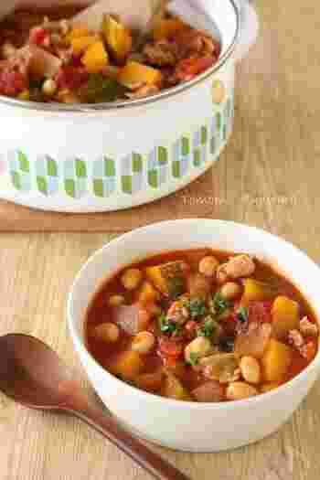 お肉、野菜に大豆が入ってボリューム満点のトマトスープのレシピ。味噌を使っているのでトマト缶の酸味が和らぎ、旨味をプラスしてくれています。トマトが苦手な人にもこれなら食べやすくておすすめ。