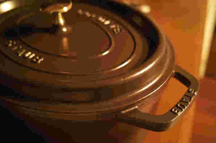 和食、洋食を問わず、さまざまな料理で活用されているストウブの鍋。ひとつ持っていると、料理の幅を広げてくれるアイテムとなります。寒くなる時期に向けて、日々の調理アイテムに加えてみませんか。