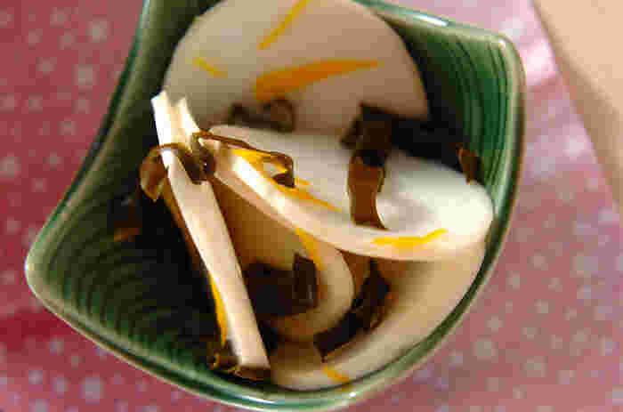 かぶの繊細なおいしさを引き立てる、上品な柚子の風味。作り置きしておきたい一品ですね。かぶの葉をゆでて刻み、いっしょに和えるのも彩りがきれいです。