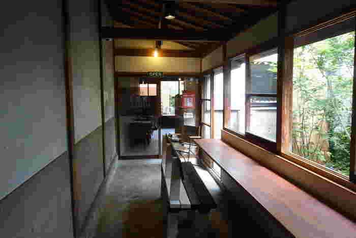 明治時代の町家を使った複合施設「Machiya5」の中、うなぎの寝床を奥まで進んでようやくあらわれるのがこちらのカフェ。シンプルでレトロな空間は、静かに過ごしたい日にぴったり。