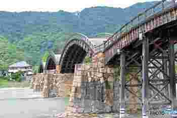 橋の主要部分は釘を使わずに組み立てる、木組みの技法で造られています。5連のアーチ部分には鉄も取り入れ、木の美しさに加えて強度も兼ね備えています。