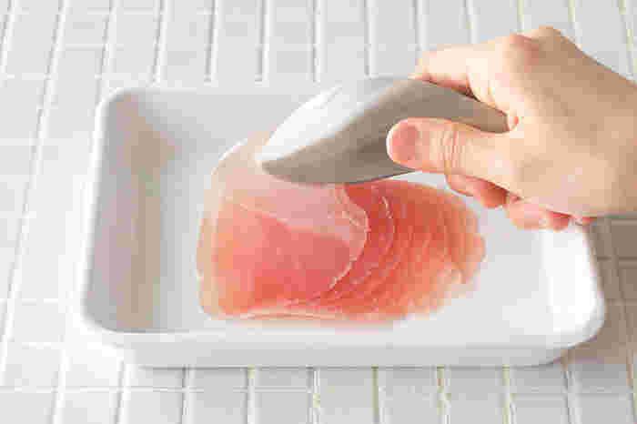 手のひらに収まるサイズで、食材の取り分けにぴったりなトングです。繊細な先端の作りで、指でつまむように作業できます。調理中の取り分けや、テーブルでも活躍してくれそう。