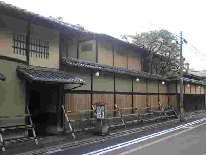 創業300年を超える老舗旅館の「俵屋」。間違いなく京都で最も素晴らしい宿のひとつですが、最近ではスティーブ・ジョブスが家族で定宿にしていたことでも有名です。極上のおもてなしと季節毎のしつらえで世界中のファンを感涙させる俵屋では、寝具やタオル、石けんに至るまでオリジナルのものを使っています。そのこだわりのオリジナルアメニティを、「ギャラリー遊形」で購入することができるのをご存知でしょうか。