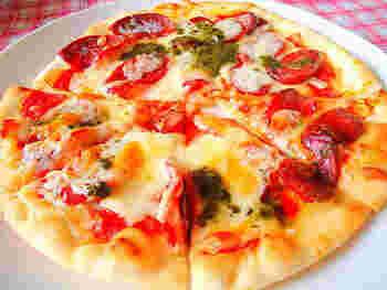 ピザ生地にトマトピューレを塗り、具材やモッツァレラチーズをのせたら、エキストラバージンオリーブオイルをかけてオーブンで焼きます。自家製ピザは、好きな材料で作れるので楽しいですね。