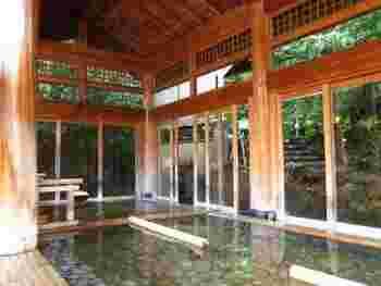 きらの里は広大な敷地に2つの自家源泉を持っており、「美肌の湯」と言われる高アルカリ性泉質です。温熱効果にも期待でき、女性には嬉しい効能がたくさん♪