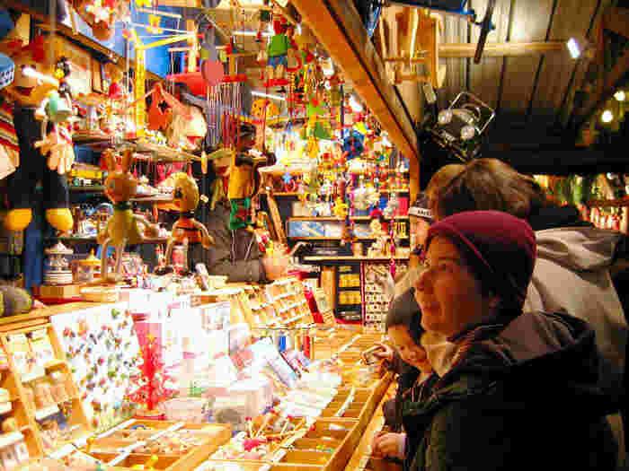 こちらはおもちゃ屋さんでしょうか。可愛らしいオーナメントや雑貨が沢山あります
