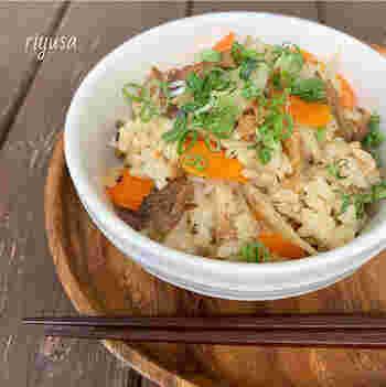 カットした人参、シメジ、ゴボウをお米の上にのせたら、さらにその上にサンマの缶詰を入れて炊きあげるだけ! とてもお手軽レシピなのに食べ応えたっぷりで、食いしん坊さんも満足できるはず。