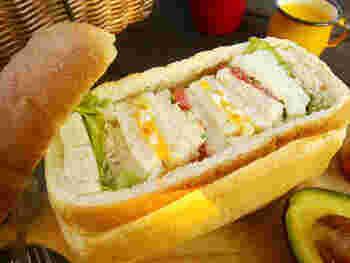 横長にカットしてくり抜く方法もおすすめ。たまご・トマトなど、色鮮やかなサンドイッチを交互に詰めて、断面を楽しみましょう。