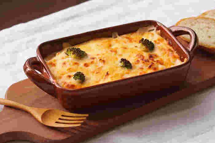 寒い日にふうふう言いながら食べるのが美味しいグラタン料理。オーブンから出して、そのまま食卓に運ぶのが醍醐味ですね。だからこそ、器や下に敷く鍋敷きなど演出するアイテムにもこだわりたい。お気に入りのお皿やミトンを組み合わせて、暖かな食卓を演出しよう。