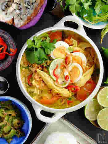 「ソト」はスープ、「アヤム」は鶏を意味します。 鶏むね肉とターメリックを使ったあっさりめのスープは、夏の暑さで体力が落ちている時にも食べておきたい料理。  フライドオニオンやゆで卵、パクチーを盛り付けて色鮮やかにどうぞ♪