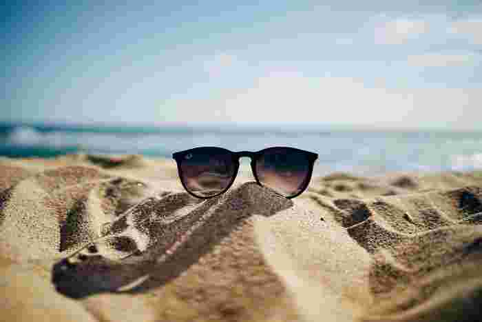 UV 加工のあるサングラスを必ず着用しましょう。UV加工していないサングラスは、目に紫外線が入り、脳が紫外線を浴びたと勘違いしてしまい、全身の日焼けの原因につながってしまうのです。そのため、サングラスは必ずUV加工してあるものを選びましょう。