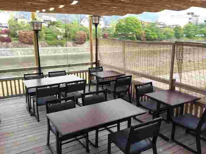 和のお食事処ながらテーブルと椅子席でくつろぐことができます。ランチタイムなら本格的な京料理をリーズナブルにいただけますよ。