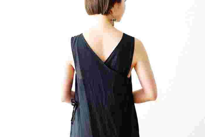 背中で生地がクロスするようなデザインになったバックスタイル。サイドにサイズ調節をする紐が付いていて、結び方次第でシルエットの変化も楽しめます。インナーを着てジャンパースカート風にしても素敵。
