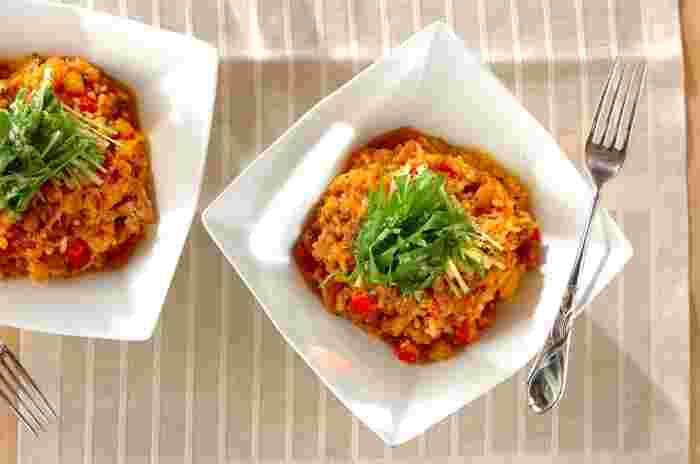 一晩、トマトジュースにつけて戻した大豆を使ったリゾットです。トマトの旨みをたっぷりと吸ってふっくらとした大豆は、食べ応えもあり美味しいですよ。  カラフルなパプリカはリゾットが完成する直前に加えるときれいな色が保てます。フレッシュな水菜が食感をプラスしてくれます。