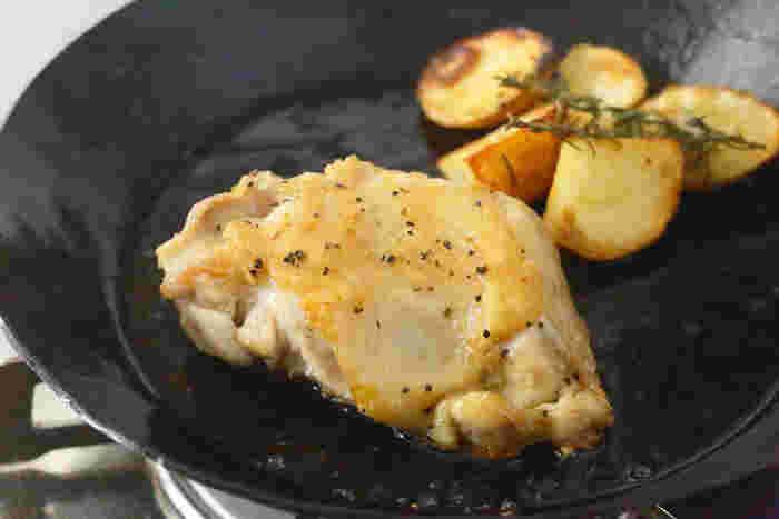 鉄のフライパンならではの、焼きもバッチリ。例えば分厚いお肉も表面はこんがり、そして中はジューシーな仕上がりに。