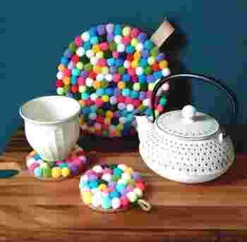 スウェーデンでも人気の、フェルトボールの鍋敷き「トリベット」。カラフルなフェルトボールでできています。フェルトボールを針と糸でとめていくだけで、自分でも作れるんですよ。