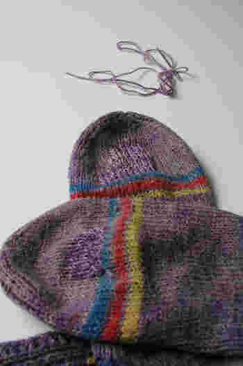 同じような色味の毛糸を使って穴をふさぐことができれば、目立たなくて済みますね。