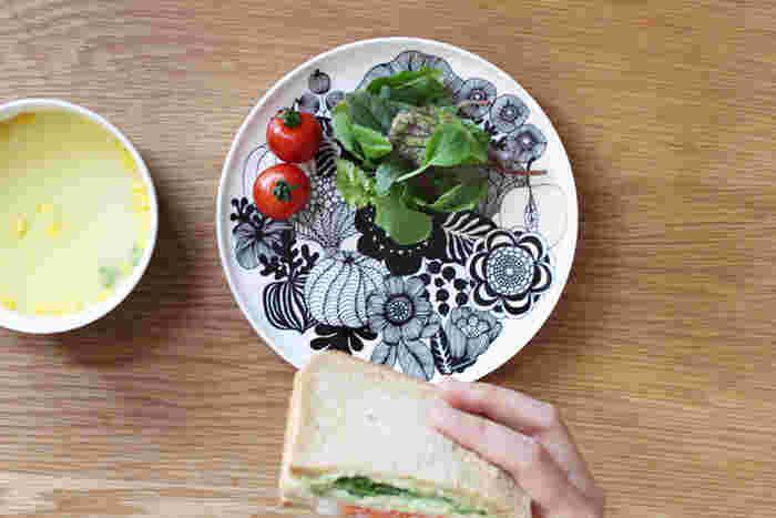 モノトーンのモダンなプレートは、サンドイッチ、パスタ、パンケーキ、メインの料理や、和食にも◎。いただくうちにどんどん、下の絵柄が現れるのも食事の楽しみになりそう。または、インテリアとして飾っておくのも素敵。