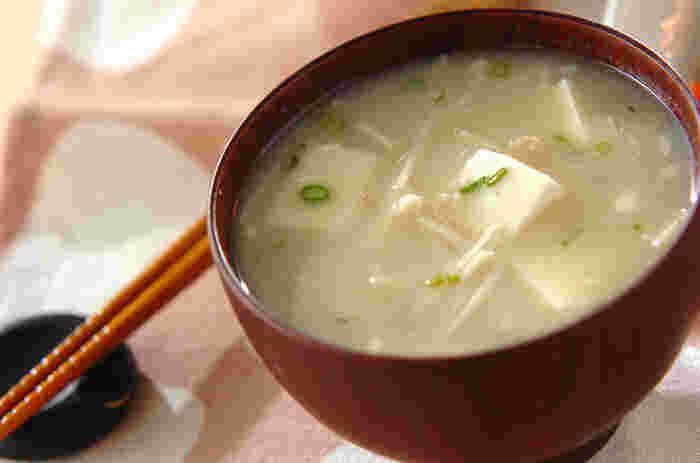 こちらは、「白味噌」を使ったみそ汁レシピです。甘めの白味噌が豆腐のやわらかな食感にマッチ♪エノキもアクセントになっています。