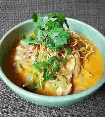 カオソーイは、チェンマイをはじめとするタイ北部などで愛されている揚げカレー麺。ココナッツミルク入りのまろやかなカレースープに、ゆで麺と揚げ麺を両方入れて楽しむユニークな麺料理です。パクチーをたっぷりトッピングして、エスニックな味を満喫しましょう。