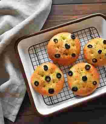 発酵をレンジで行い、こねる作業もなし。忙しいからとパン作りをあきらめていた人におすすめの超簡単&時短レシピです。たった30分なら、ちょっとした空き時間にもできそうですね。