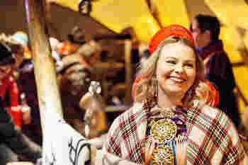 サーミ人の工芸品を集めた、ウインター・マーケット(2月)で有名なヨクモック。先住民族サーミが年に一度集まり開催する大規模なマーケットは、なんと4万5千人以上が訪れる北欧最大の市となっています。マーケットではトナカイたちの行進もあり、トナカイやキツネなどの毛皮も手に入れることもできます。